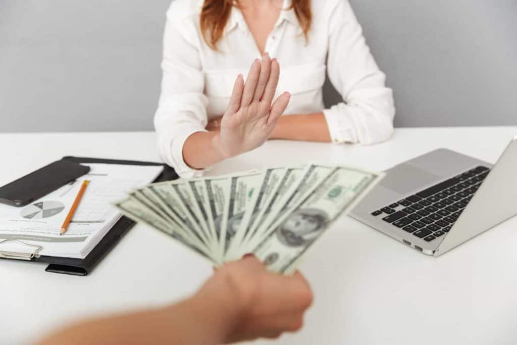 Close Up Portrait Of Hand Holding Cash 5d3enbz (1)